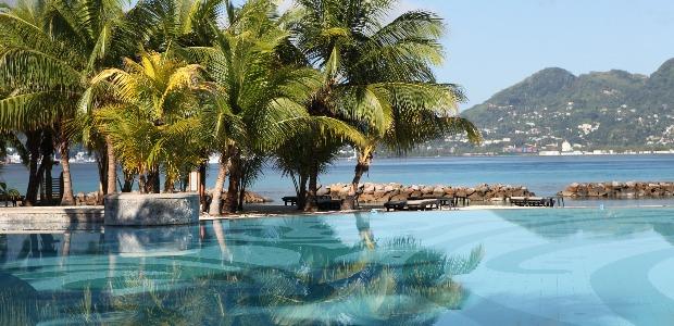 La piscine du Sainte Anne Resort Beachcomber sur son A�le face A� MahA�, l'A�le capitale des Seychelles.