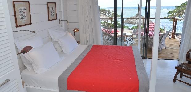 Une chambre, bois blanc, corail et vue sur mer